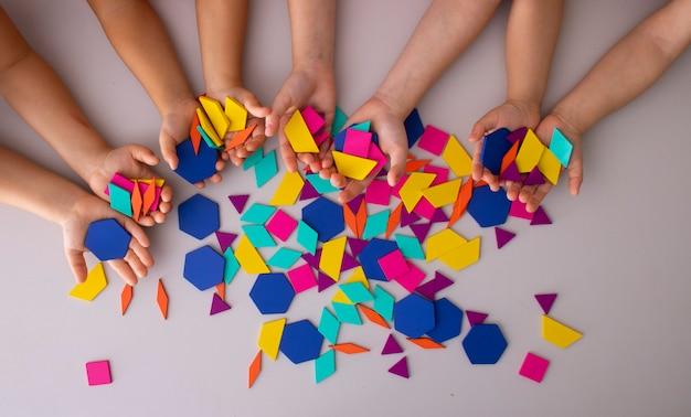 Groupe heureux d'enfants faisant à la main