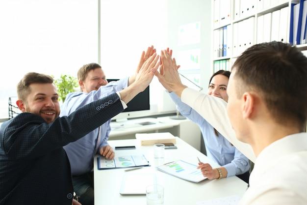 Groupe d'homme d'affaires et femme d'affaires célébrant la victoire