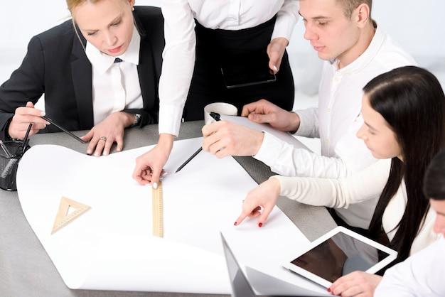 Groupe d'homme d'affaires et femme d'affaires planifiant le projet sur papier sur le bureau