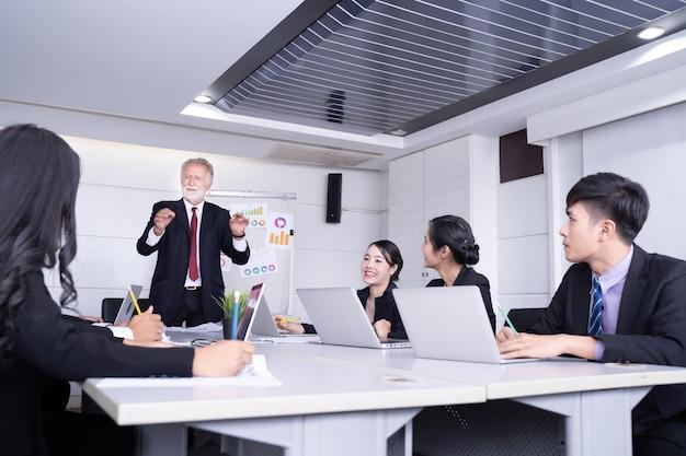 Groupe d'homme d'affaires prospère. discussion sur les bénéfices de l'entreprise.