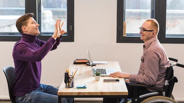 Groupe d'hommes adultes travaillant ensemble au bureau