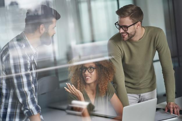Groupe d'hommes d'affaires ou de collègues multiculturels prospères travaillant ensemble dans le monde moderne