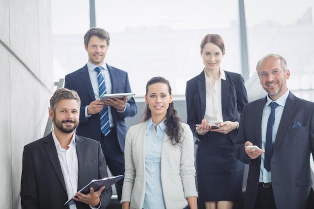 Groupe d'hommes d'affaires confiants au bureau