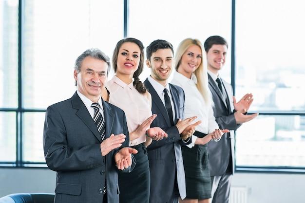 Groupe d'hommes d'affaires discutant de la politique de l'entreprise