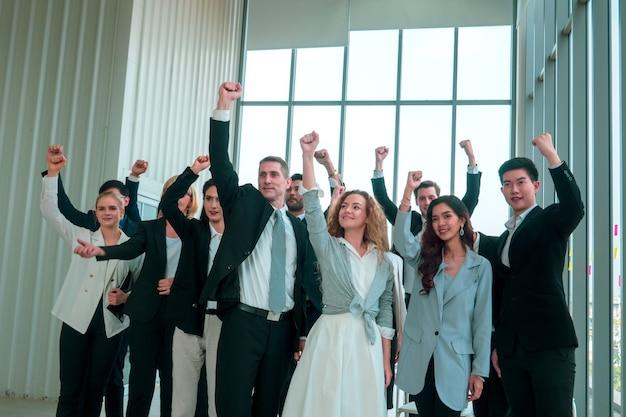 Un groupe d'hommes d'affaires a levé la main