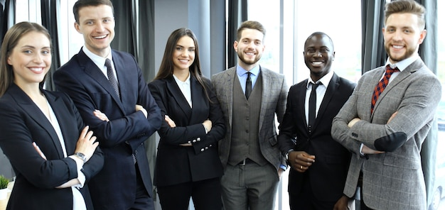 Groupe d'hommes d'affaires se tenant ensemble au bureau.