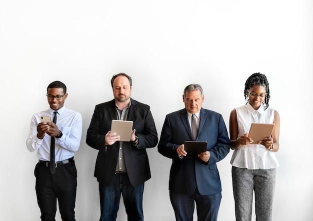 Groupe d'hommes d'affaires utilisant des appareils numériques