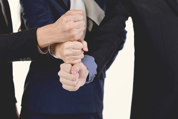 Un groupe d'hommes et de femmes d'affaires a commenté leur approbation.