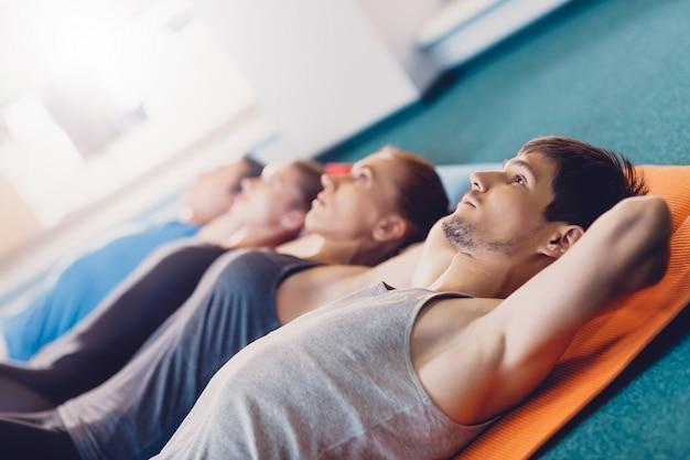 Groupe d'hommes et de femmes sont après l'exercice fitness