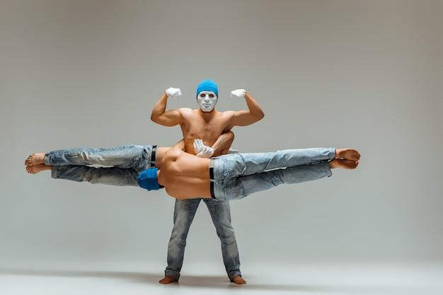 Le groupe d'hommes de race blanche acrobatiques gymnastique sur l'équilibre pose
