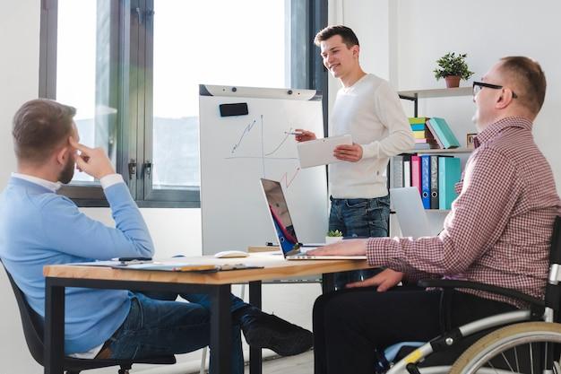 Groupe d'hommes travaillant ensemble au bureau