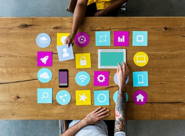 Groupe d'icône d'ordinateur sur la table en bois