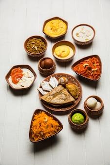 Groupe d'indian sweet ou mithai dans un bol en terre cuite, mise au point sélective