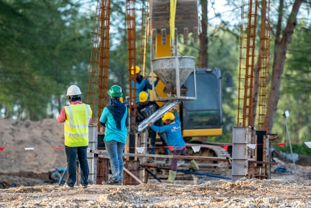 Groupe d'ingénieur en construction et agent de sécurité sur chantier