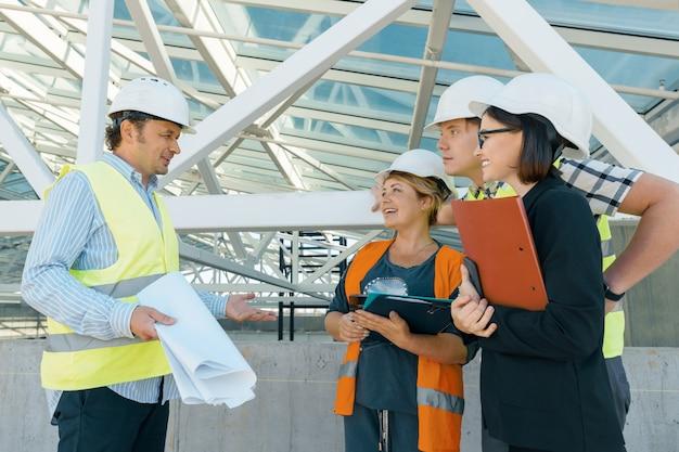 Groupe d'ingénieurs, constructeurs, architectes sur le chantier