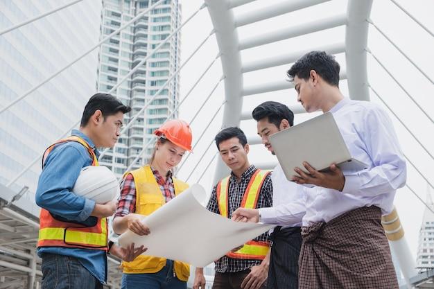 Groupe d'ingénieurs de réunion homme d'affaires myanmar parlant de la progression du projet