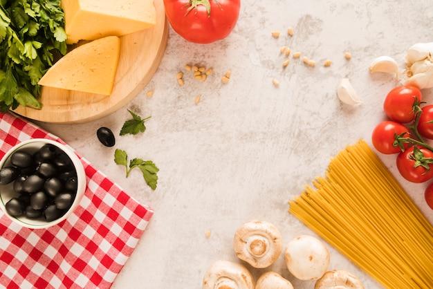 Groupe d'ingrédients italiens sur table blanche