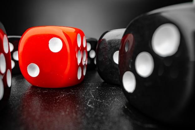 Groupe de jeu de cubes de dés sur macro surface noire