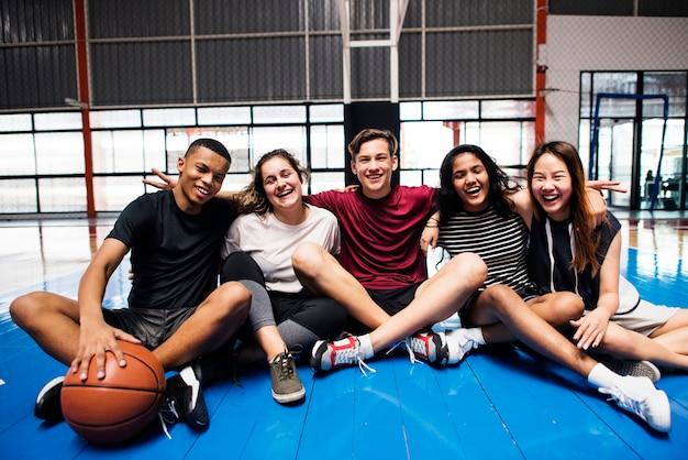 Groupe, de, jeune adolescent, amis, sur, a, terrain de basket-ball, détente, portrait