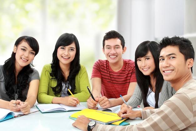 Groupe de jeune étudiant