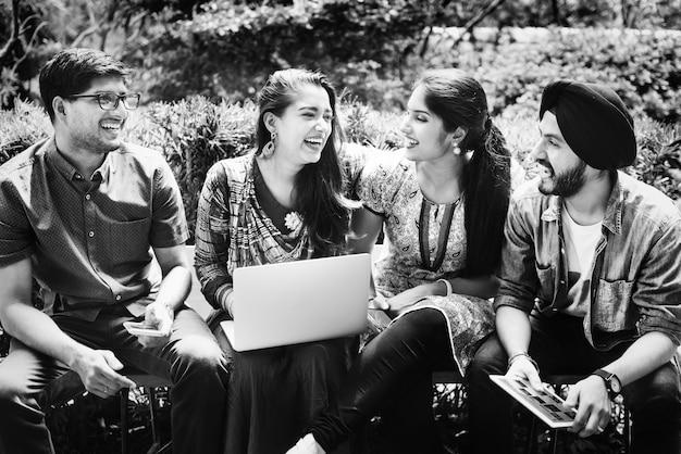 Groupe de jeunes adultes indiens heureux utilisant un ordinateur portable