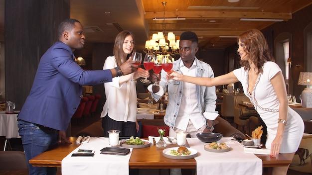 Groupe de jeunes amis appréciant un repas au restaurant.