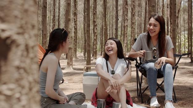 Groupe de jeunes amis asiatiques en camping ou pique-nique ensemble en forêt