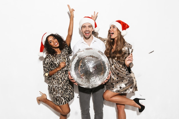 Groupe de jeunes amis bien habillés heureux célébrant la fête du nouvel an isolé sur un espace blanc