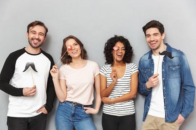 Groupe de jeunes amis multiethniques heureux s'amusant
