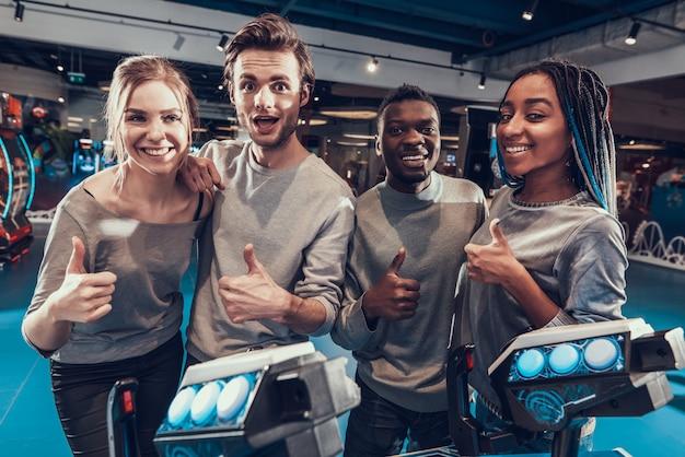 Groupe de jeunes amis pilotant des vaisseaux spatiaux bleus en arcade.