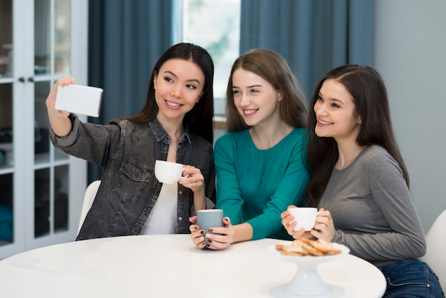 Groupe de jeunes amis prenant un selfie ensemble