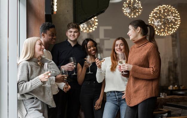 Groupe jeunes, apprécier, verres vin, ensemble