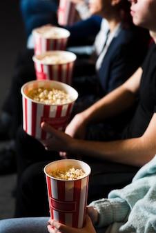 Groupe de jeunes au cinéma