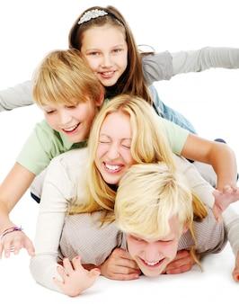 Groupe de jeunes et beaux adolescents