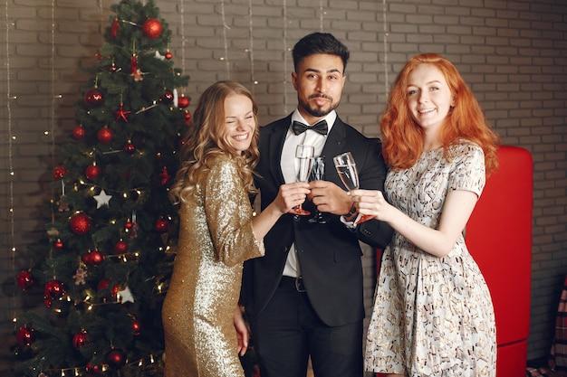 Groupe de jeunes célébrant le nouvel an. les femmes avec l'homme indien.