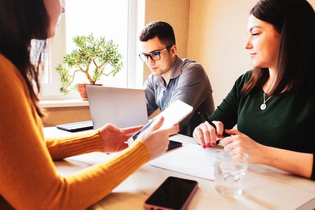 Un groupe de jeunes collègues travaille sur une startup