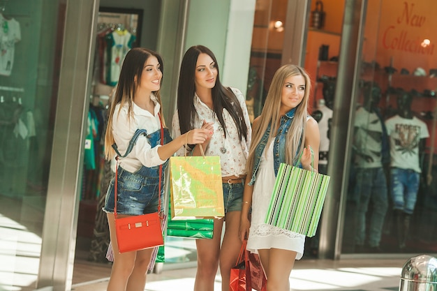 Groupe de jeunes copines gaies shopping