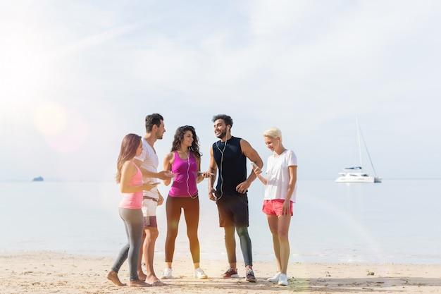 Groupe de jeunes coureurs sur la plage