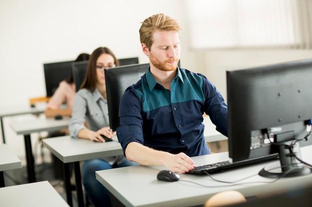 Groupe de jeunes en cours de formation en classe