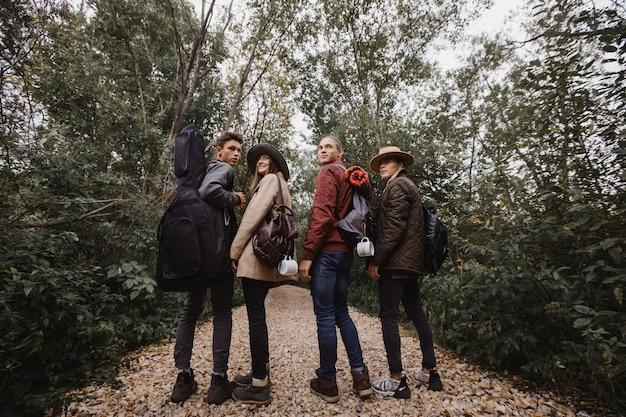 Groupe de jeunes debout dans la forêt