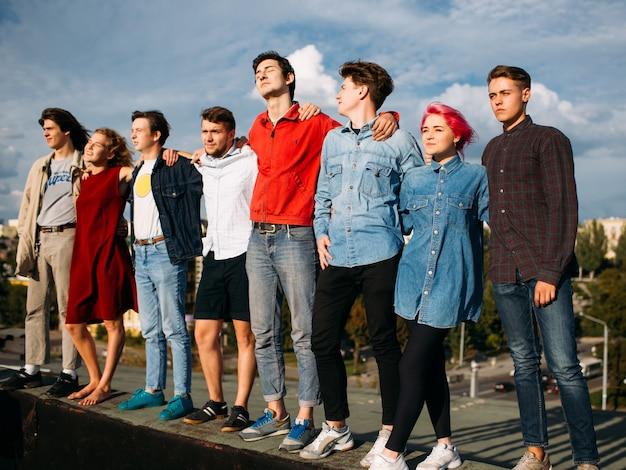 Groupe de jeunes divers. armez-vous. soutien de l'unité. amitié ensemble