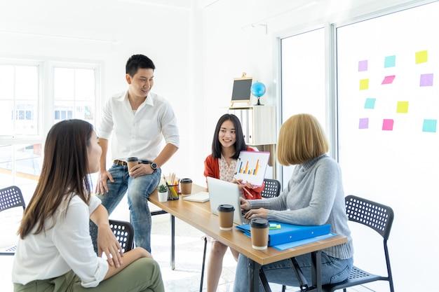 Groupe de jeunes employés d'affaires asiatiques discutant du projet au bureau, équipe de jeunes collègues d'affaires assis au bureau lors de la réunion.