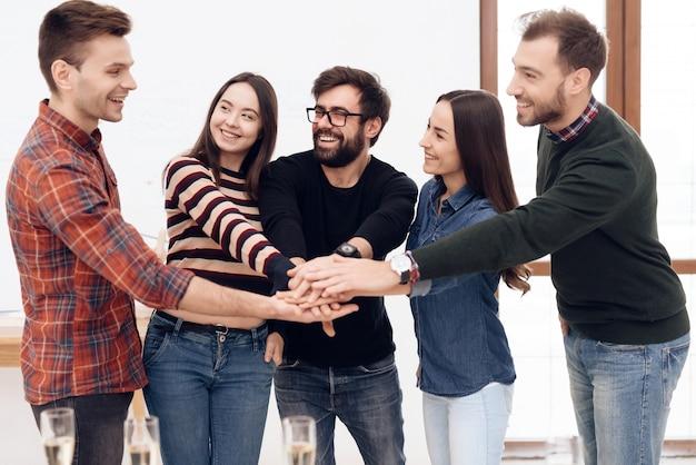 Un groupe de jeunes employés de bureau célèbrent