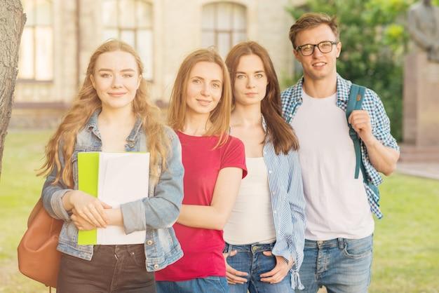 Groupe de jeunes étudiants devant le bâtiment de l'école