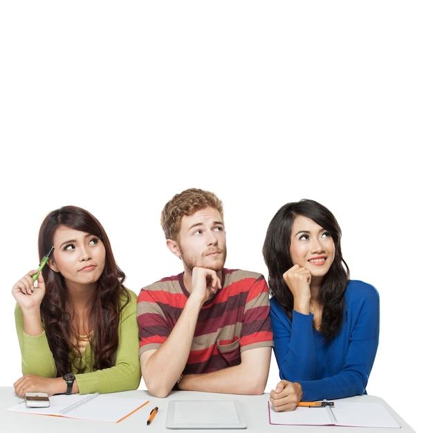 Groupe de jeunes étudiants