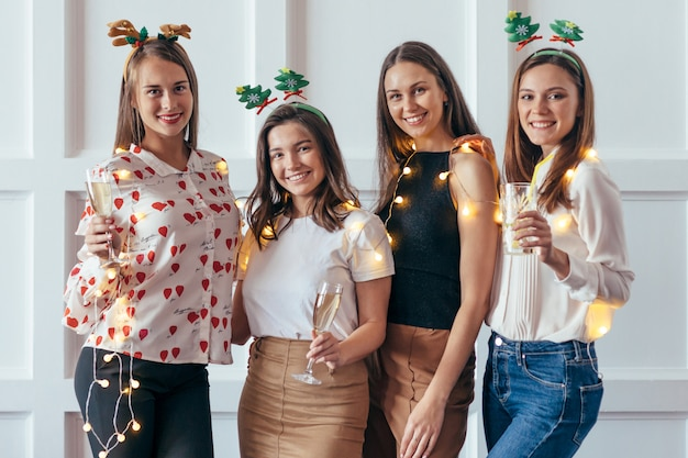Groupe de jeunes femmes célébrant noël, nouvel an
