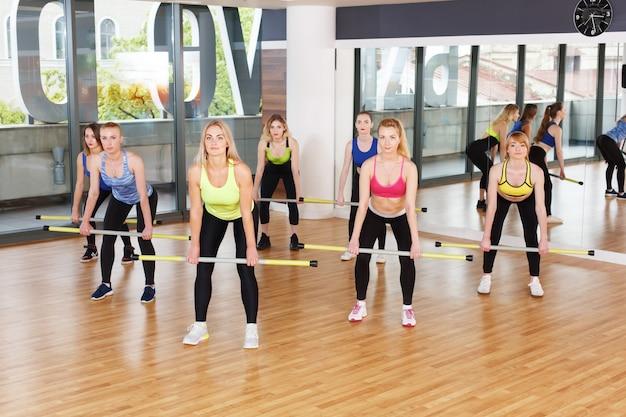 Groupe de jeunes femmes dans la classe de fitness