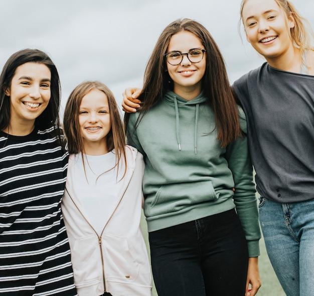Groupe de jeunes femmes debout ensemble