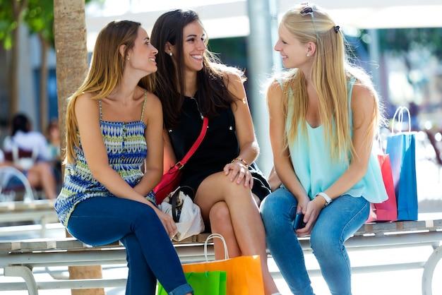 Groupe de jeunes filles magnifiques dans la rue. jour de shopping.