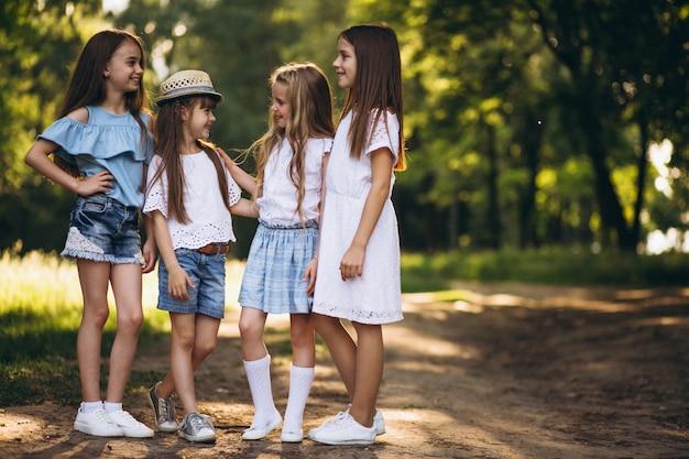 Groupe de jeunes filles s'amuser dans la forêt